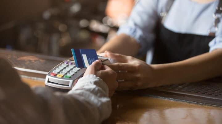 Kunde som betaler med kort i kasse